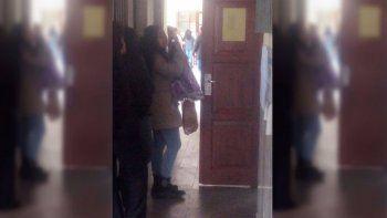una mujer fue a votar con una virgen en la mano