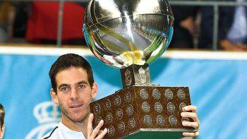 El tandilense Juan Martín Del Potro posa feliz con el trofeo conquistado ayer en Suecia.