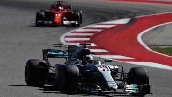 El Mercedes de Lewis Hamilton es perseguido por la Ferrari de Sebastian Vettel ayer en el circuito estadounidense de Austin.