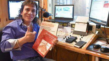 El Muñeco Carlos Orozco promociona una suelta de libros como una manera de brindar su aporte a la cultura.