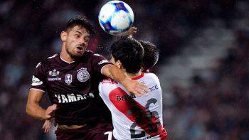 Lautaro Acosta e Ignacio Fernández en un duelo entre Lanús y River.