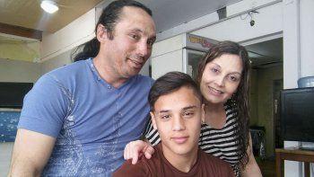 Jair Godoy –centro– junto a su papá Luis y su mamá Sandra.
