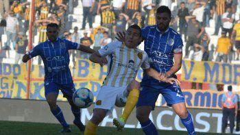 Marco Ruben disputa el balón con Leonel Galeano en el partido que Central le ganó 3-2 a Godoy Cruz de Mendoza.