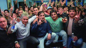 Dirigentes del FpV y funcionarios provinciales, entre ellos el electo diputado nacional Juan Vázquez, el vicegobernador Pablo González y Pablo Grasso, celebraron junto a militantes las dos bancas obtenidas.