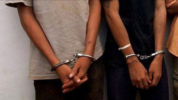 detenidos luego de sustraer una mochila del interior de una utilitaria