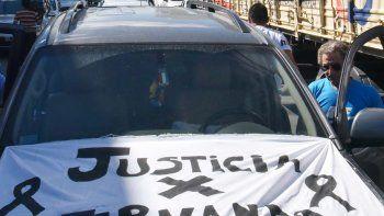 Los remiseros se volvieron a movilizar ayer para pedir justicia para Fernando Schmidt. En la Unidad Regional de Policía entregaron panfletos y tocaron bocinas como medida de reclamo.
