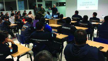 Bomberos de Comodoro y Rada Tilly y personal de la línea de atención de emergencias 107 participaron de una capacitación sobre Comando Unificado de Fuerzas Vivas.