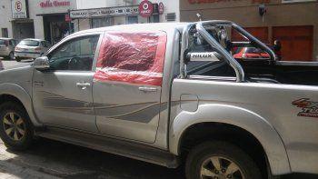 Una Toyota Hilux fue uno de los vehículos dañados ayer durante la madrugada en pleno centro comodorense.