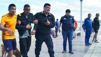 El pescador es conducido al patrullero luego de descompensarse y caer al mar, en el sector del Paseo Costero.