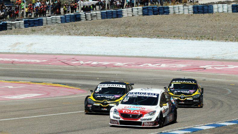 Mariano Werner es perseguido por los Renaults de Facundo Ardusso y Leonel Pernía en el autódromo El Zonda de San Juan.