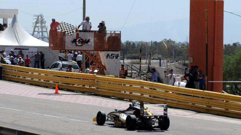 El auto de Hernán Palazzo se aproxima para cruzar la bandera a cuadros.