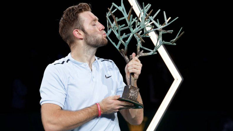 El norteamericano Jack Sock besa el trofeo que conquistó ayer en el Masters de París.