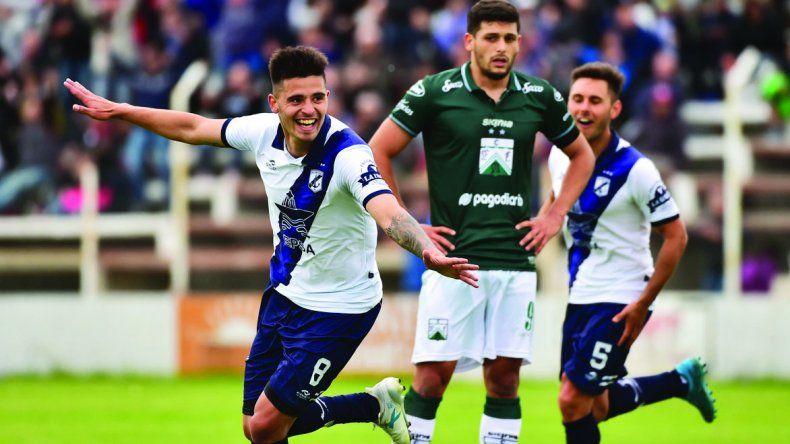Matías Rojo festeja uno de sus goles que le marcó ayer a Ferro.