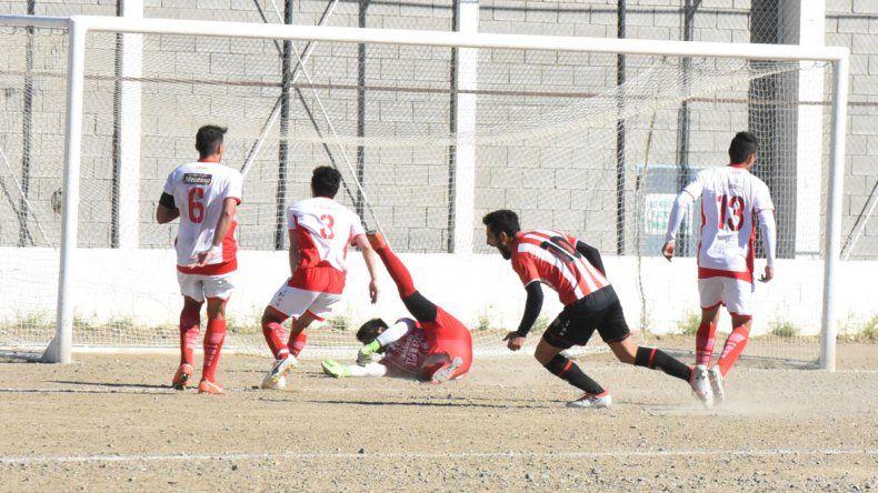 Darío Velázquez convierte el gol del empate de Roca a los 42 del complemento y se desahoga.