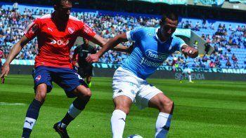 Cristian Lema con el balón marcado por Jonás Gutiérrez en el partido que se jugó ayer en Córdoba entre Belgrano e Independiente.