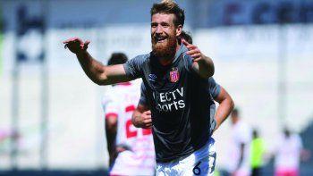Jonathan Schunke festeja su gol, el que le permitió a Estudiantes quedarse con los tres puntos ante Argentinos.