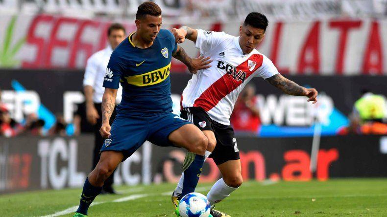 Edwin Cardona cubre el balón marcado por Enzo Pérez.