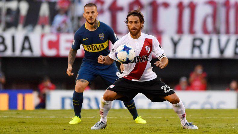 Leonardo Ponzio marcado por Darío Benedetto en el Superclásico del fútbol argentino jugado ayer en el Monumental.