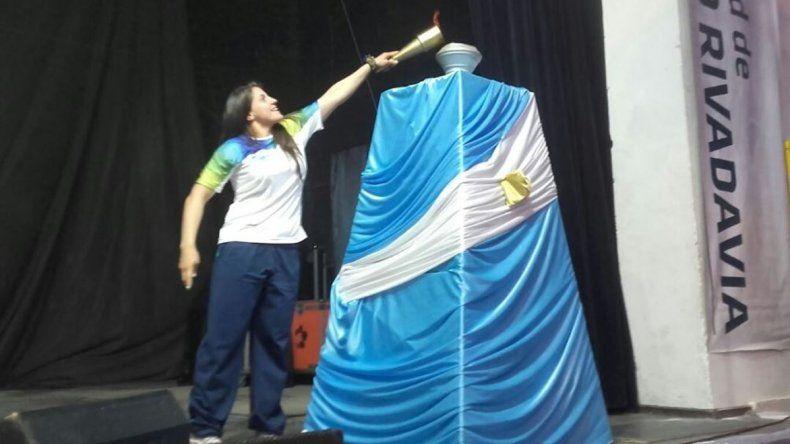 La judoca Gimena Laffeuillade fue la encargada de encender la llama de los Juegos de la Araucanía en Comodoro Rivadavia.