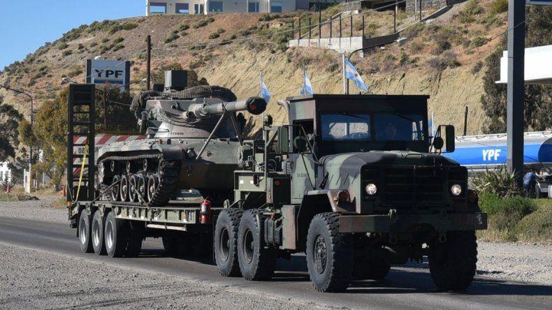 Los tanques con cañones de 105 milímetros fueron transportados en carretones y su desplazamiento se hizo de manera espaciada por seguridad vial.