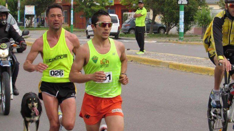 Mario Rodríguez –der– detrás de Joaquín Arbe. Ambos atletas mantuvieron la punta a lo largo de los 42K del Maratón tres Ciudades.