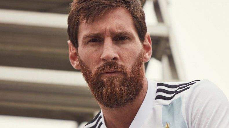 El crack rosarino Lionel Messi luciendo la camiseta de la selección argentina que será estrenada en el amistoso del sábado ante Rusia.