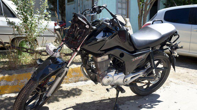 La Honda Titán en la que perdió la vida Iván Morelli. Se la había comprado hace poco. El joven trabajaba en la obra de ampliación del aeropuerto General Mosconi.