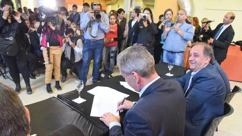 Linares apuesta al diálogo. Ayer compartió con el nuevo gobernador el acto de apertura de licitaciones para obras en el barrio Juan XXIII.