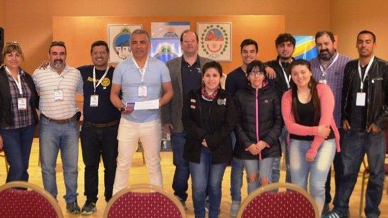 Jóvenes participantes junto a autoridades rotarias y de la comisión de fomento