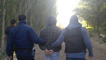 El momento en el que la Brigada de Investigaciones detiene a Héctor Gallardo, investigado por la Fiscalía por presunto homicidio doblemente agravado por el vínculo y femicidio.