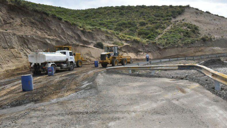 El tramo crítico del camino Roque González ayer fue reacondicionado y ahora ratifican pedido de precaución para evitar accidentes.