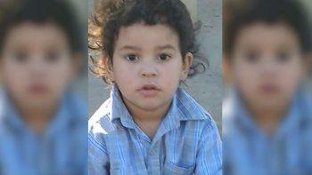 lo encontraron solo en la calle hace casi tres meses y buscan a su familia