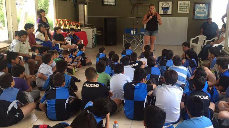 La atleta olímpica da charlas de bullying ante chicos. Ella lo sufrió en su adolescencia y quiere dar su mensaje.