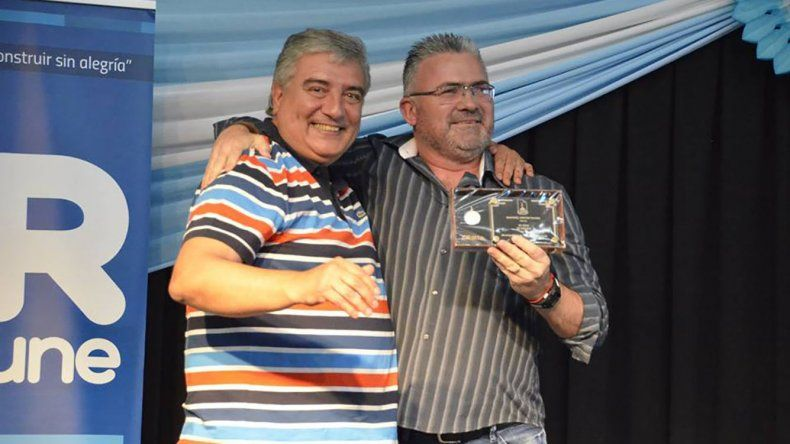 Sergio Gava le entró la plaqueta a Hernán Martínez por sus 25 años de trayectoria.