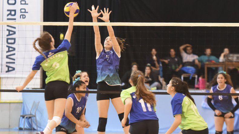 La selección chubutense femenina de vóleibol perdió en semifinales con Río Negro por 3-1.
