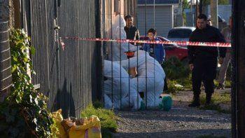 Personal de la División Criminalística realizó una minuciosa inspección del interior y del acceso a la vivienda donde fue encontrado el cuerpo sin vida del trabajador municipal.