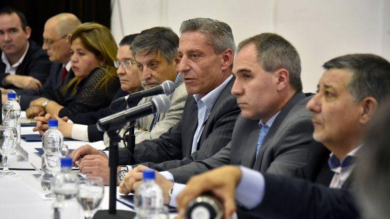 Arcioni preside reunión con intendentes y jefes comunales