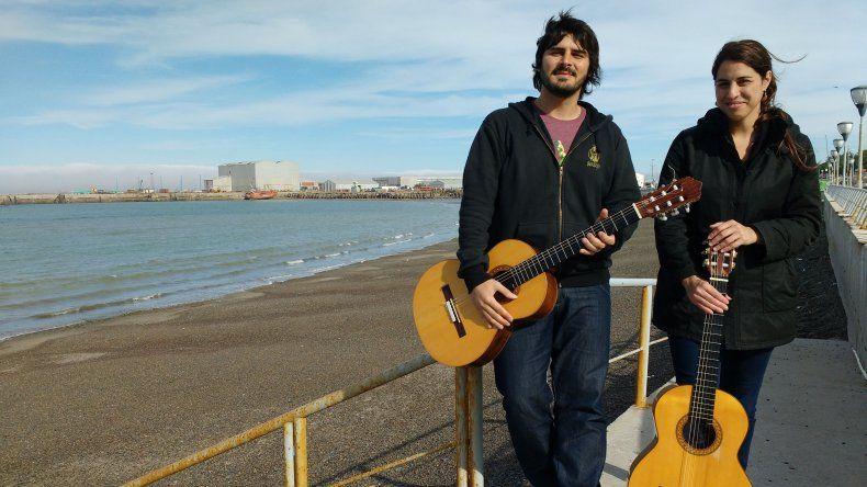 Diana Palmisciano y Marcelo Lages forman el dúo Quinke que esta noche tocará en Sarmiento y mañana en Comodoro Rivadavia.