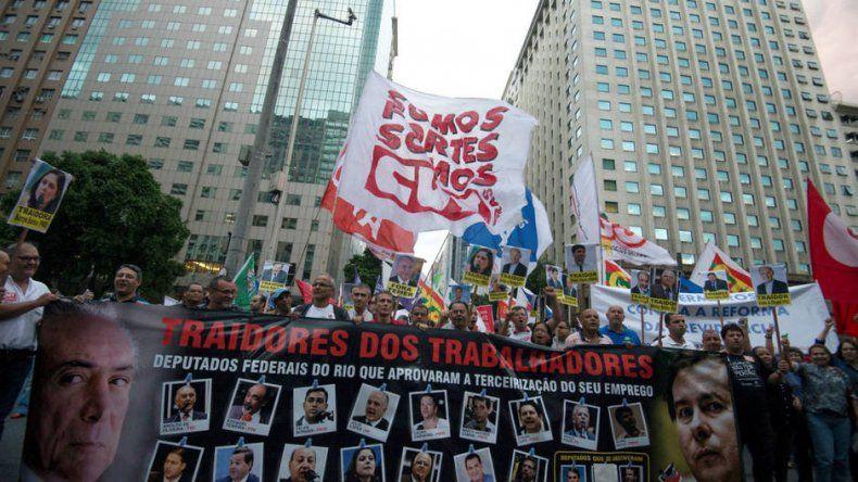 Los trabajadores resisten en las calles la flexibilización laboral que pretende imponer el gobierno de Michel Temer.