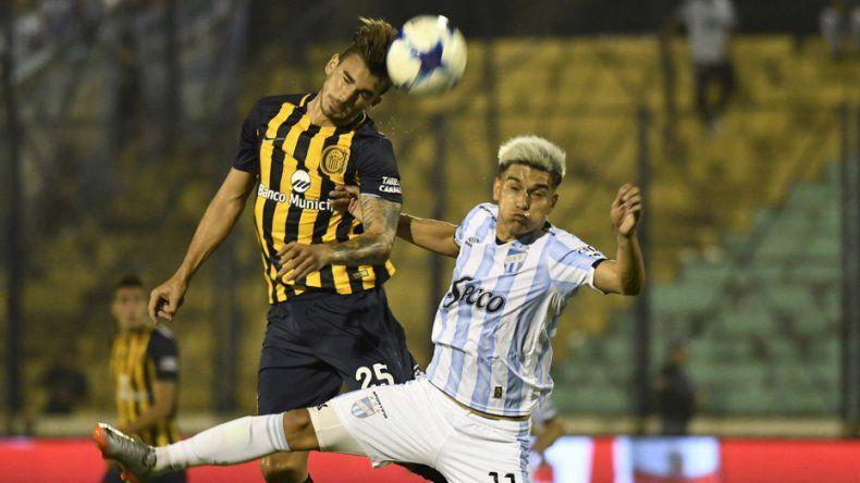 Maximiliano González le gana de cabeza a Favio Alvarez en el partido jugado anoche en Formosa.