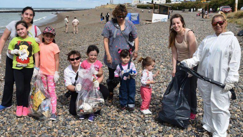 A pesar del viento la jornada de limpieza de la costanera de Caleta Olivia fue protagonizada por numerosos voluntarios de todas las edades.