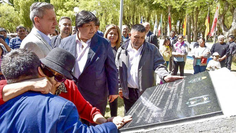 El gobernador Arcioni y el intendente Calpanchay durante la inauguración de la placa en homenaje a Mario Das Neves.