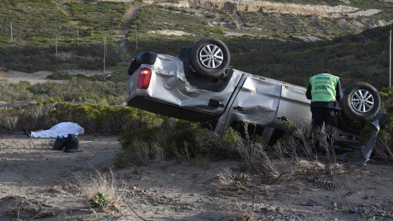 La camioneta terminó volcada sobre la banquina sin uno de sus neumáticos.