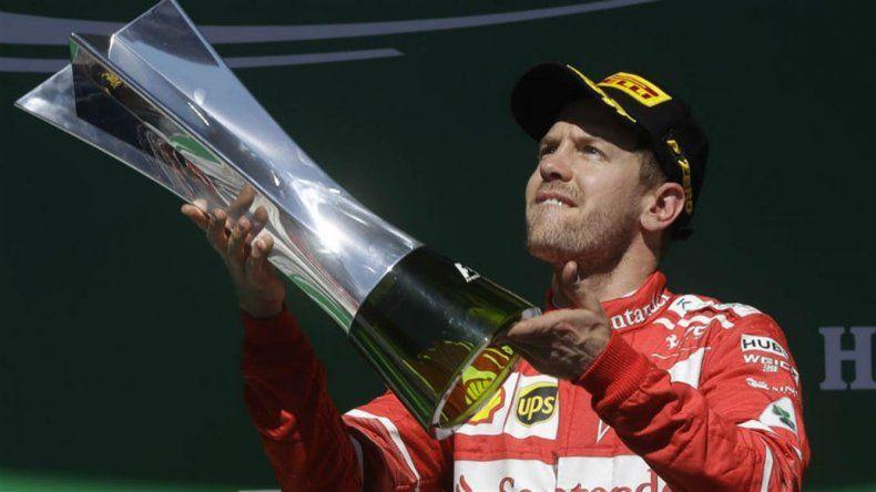 Sebastian Vettel con el trofeo que ganó ayer en San Pablo.