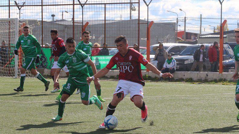 Jeremías Asencio con el balón marcado por Gustavo Bravo en el partido jugado ayer en Río Grande.