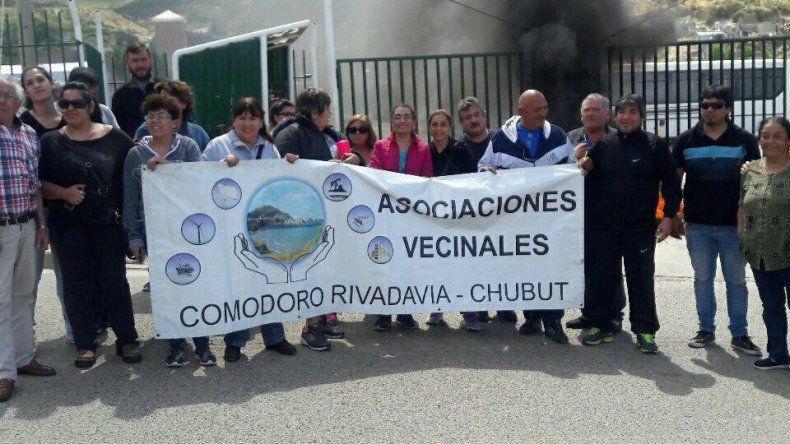 Vecinalistas montaron ayer una protesta frente a la base de la empresa Patagonia Argentina en la avenida Congreso.