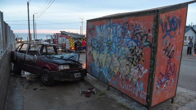 El propietario de un Fiat Duna quemó su vehículo después que lochocó contra una garita de colectivos que se encuentra en cercaníasde la Escuela Biología Marina.