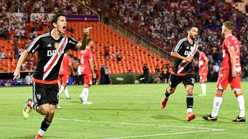 Ignacio Fernández festeja el primer gol de River anoche en Mendoza ante el Deportivo Morón.
