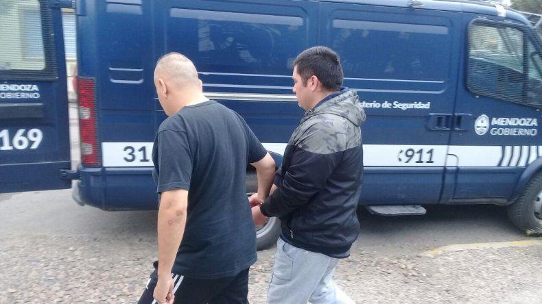 Policías de Mendoza trasladaron ayer en una unidad del Ministerio de Seguridad de esa provincia al delincuente atrapado por la DDI en Caleta Olivia.