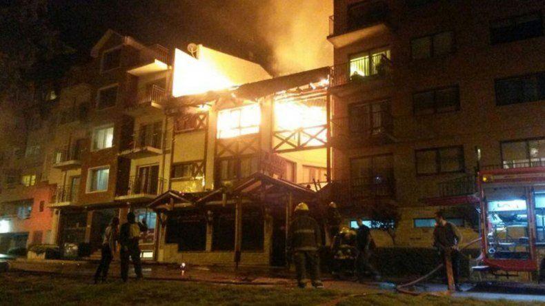 Incendio consumió un hotel: evacuaron edificios lindantes